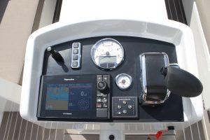 Dashboard met Raymarine kaartplotter